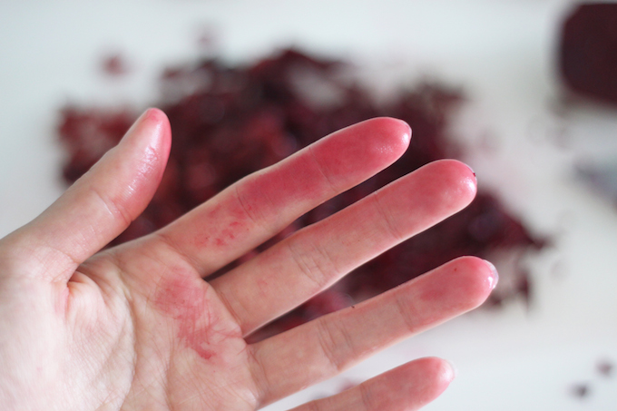 du colorant alimentaire sur mes mains; comment l'enlever?